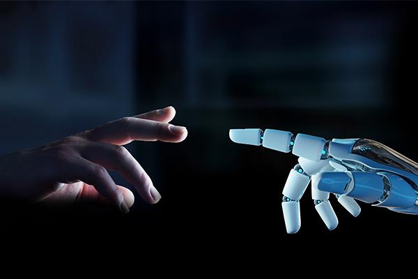 dedos de robot y de humano tocándose gracias al NLG