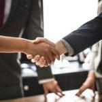 apretón de manos entre empresario y cliente