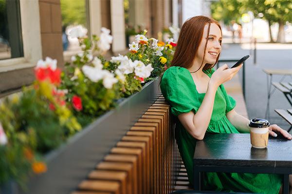 mujer utilizando la voice search