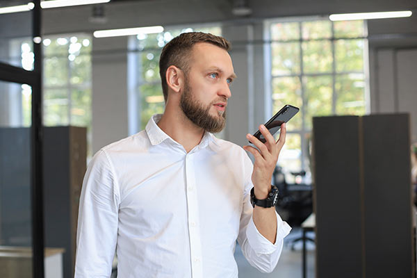 hombre preguntando al móvil que es la voice search
